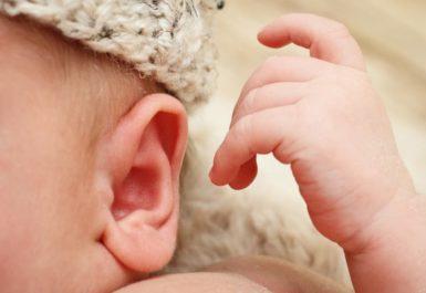 Ребенок чешет уши